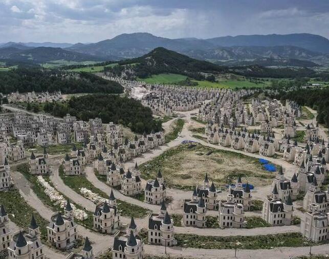 """土耳其博卢省穆杜尔努镇,一个投资13亿人民币的""""童话王国""""项目成了烂尾工程。"""