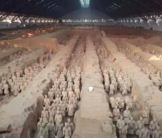 """秦始皇陵 为了保护这些世界奇观,世界常常采取措施禁止参观的形式来保护它们。比如说,这秦始皇陵个世界上规模最大、结构最奇特、内涵最丰富的帝王陵墓。据史料记载,秦陵中还建有各式宫殿,陈列着许多奇异珍宝。秦陵四周分布着大量形制不同、内涵各异的陪葬坑和墓葬,现已探明的有400多个,其中包括举世闻名的""""世界第八大奇迹""""兵马俑坑。 对外不允许皇帝墓的发掘,而是选择尊重古代葬礼。"""