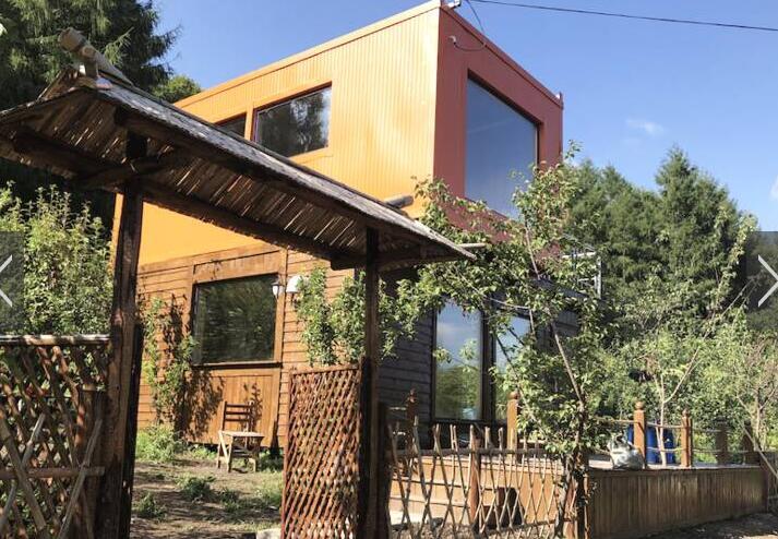 95后夫妻用废弃集装箱造双层别墅 造价6万元庭院
