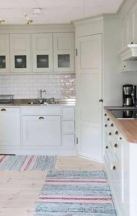 对于一些家庭来说,要个大的杂物间肯定比较难,但是要个小的还不容易吗?只需要厨房转角的1�O就够了。
